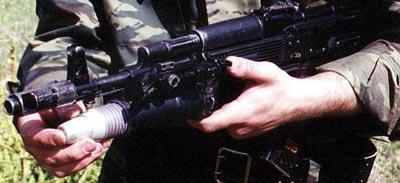 Заряжание выстрела. Граната подается внутрь гранатомета до характерного щелчка: УСМ приведен в боевое положение.