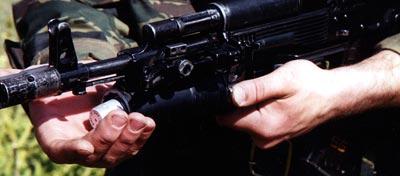 Для извлечения неиспользованного выстрела необходимо нажать на кнопку извлекателя. Граната частично выходит из ствола, УСМ гранатомета деактивируется.